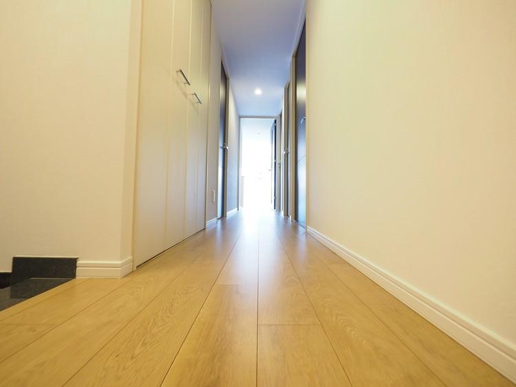 玄関からリビングに続く長い廊下です。お家の広さがわかりますね。