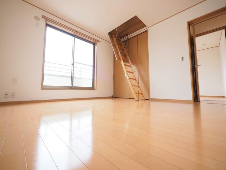 小屋裏収納付。生活空間を邪魔することなく、あまり使用しないものを収納することができます。