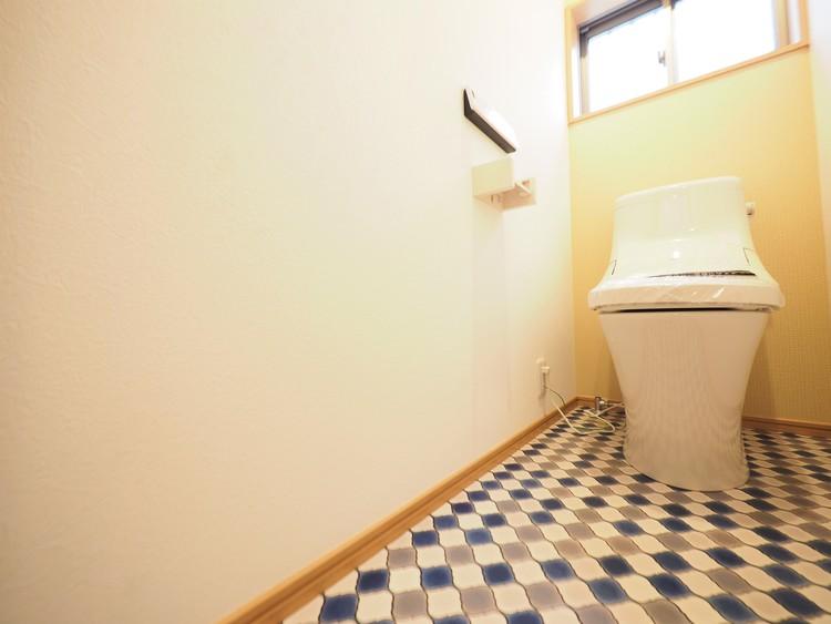 気持ちよく過ごせる広く清潔感のあるトイレです。