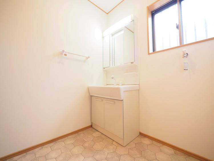 朝の身だしなみもバッチリ決まる広い洗面室です。