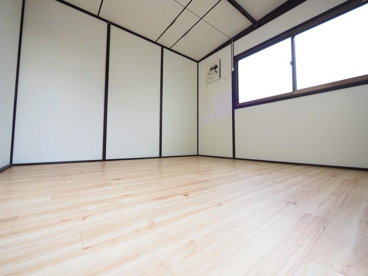 物置の床はリフォーム済。趣味にも使用できますね。とても便利で遊び心たっぷりの秘密基地。