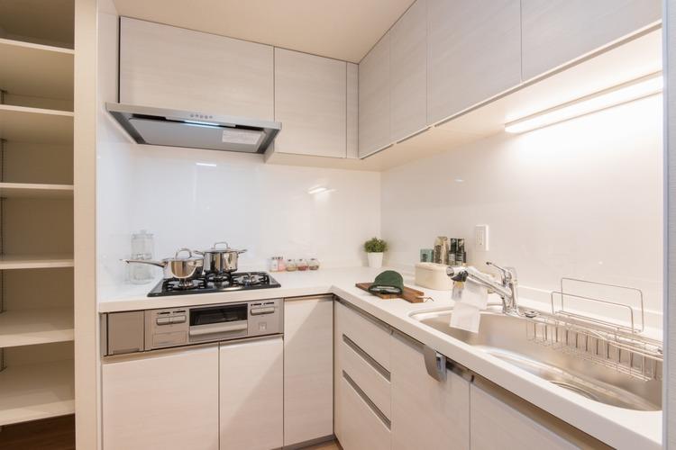 約3.5帖の独立したキッチンには、LIXIL製システムキッチンを設置しています。