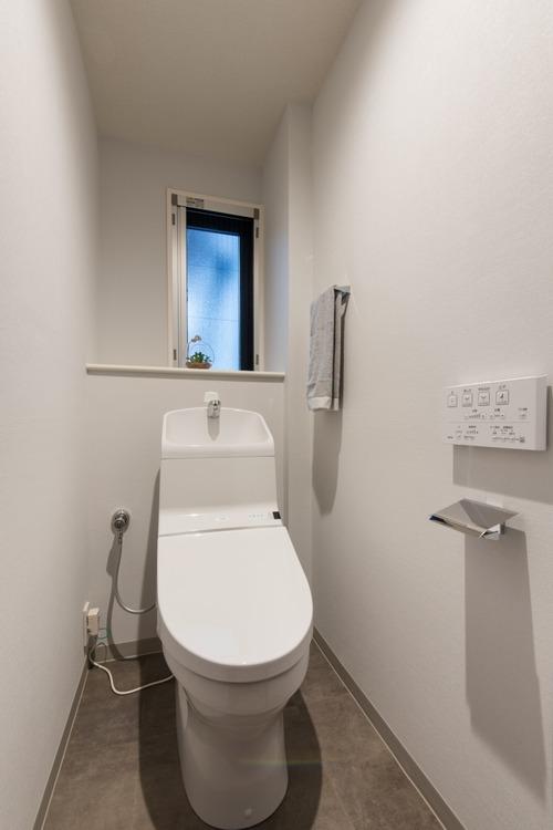 窓のあるトイレには、TOTO製洗浄便座付きのトイレを新しく設置しました。