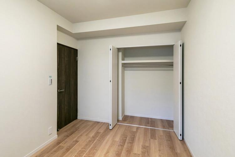 洋室1 約6.1帖 開口部の大きなクローゼット付き