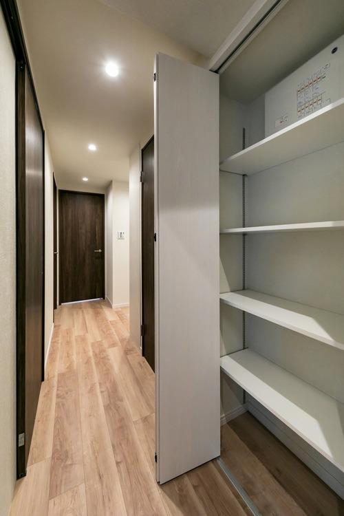 廊下には、掃除道具などが収納できる棚を設置しています。