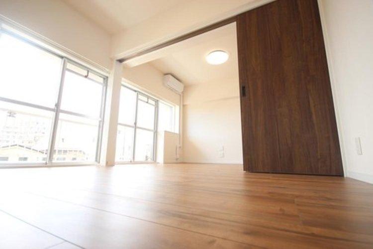 バルコニーに面した約6.2畳の居室。3枚の引き戸を開けるとリビングと一体として使えます。