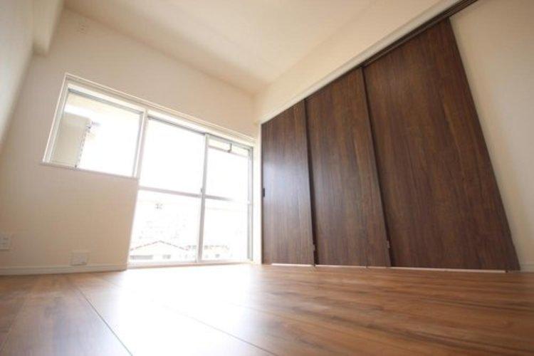 リビング横の約6.2畳の居室。引き戸を閉めると木目の美しい室内へと変わります。