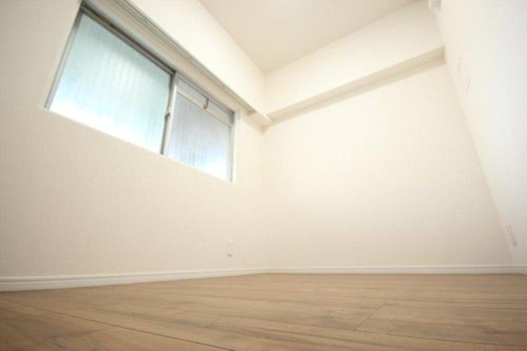 廊下側の約3.8畳の洋室。寝室としても十分使える広さがございます。