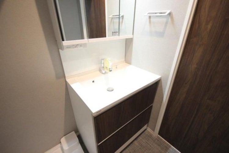 大きな三面鏡やシャワーヘッドも付いてとても使い勝手のいい洗面台です。スタイリッシュでお部屋の雰囲気ともマッチしています。