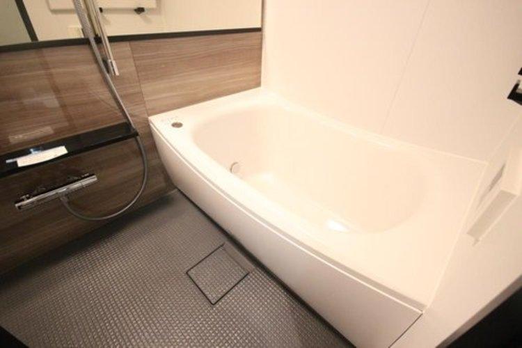 バスルームもシックな印象です。オートバスや浴室乾燥機も付いて快適なバスタイムをお楽しみください。