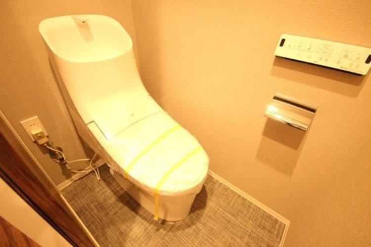 トイレはもちろん温水洗浄便座。クロスの色も相まって落ち着いた空間を演出しております。
