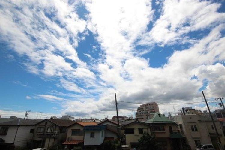 前面の呑川越しに戸建て住宅が建っていますが、陽射しを遮るものは何もありません。