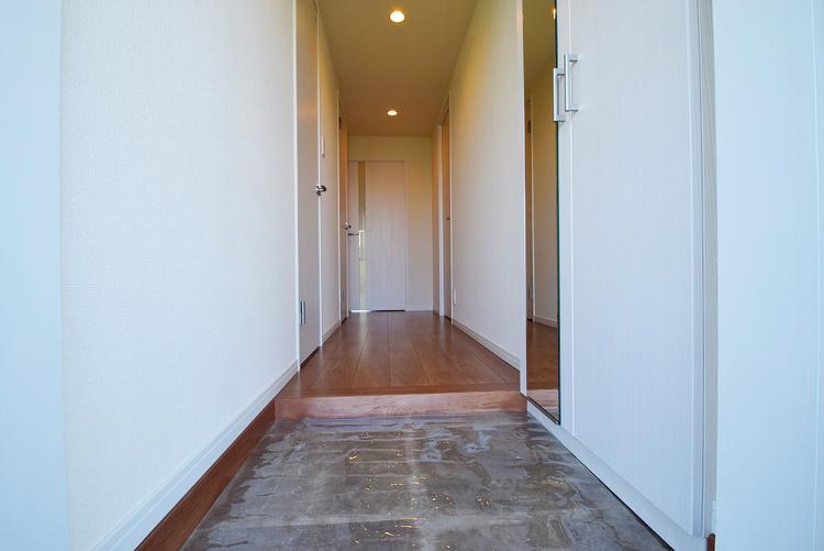 落ち着いた雰囲気の玄関、家族の帰りを暖かく迎えてくれます