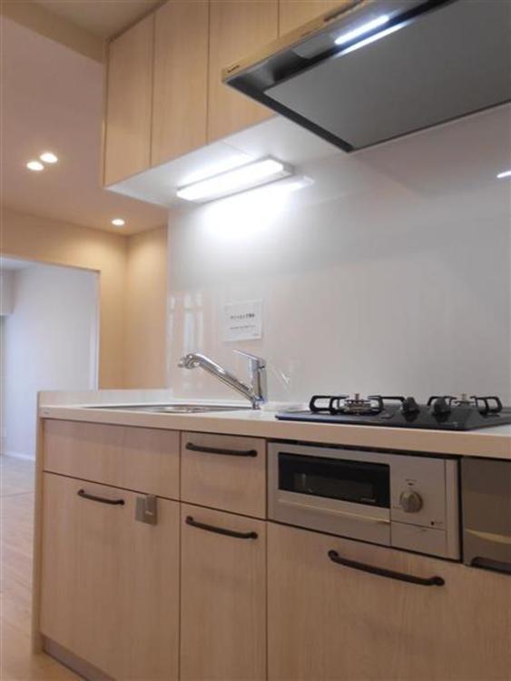 シンプルなデザインのキッチンはお手入れ簡単で使い勝手もよさそうです。
