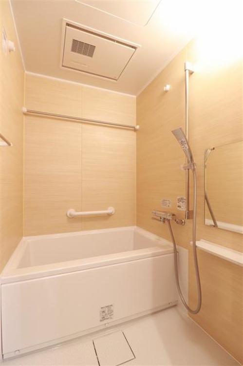明るい色調で、ゆったりくつろぐことのできる浴室です。雨の日でも洗濯可能な浴室換気乾燥付き。