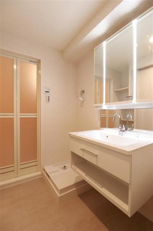 浴室の手前に収納スペースがあり、生活用品の収納に困りません。