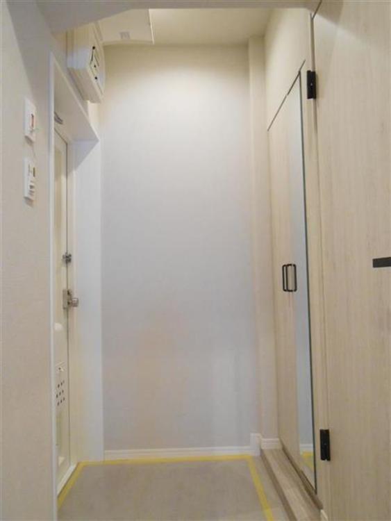 白を基調とした玄関で、収納もあり、綺麗で明るい印象です。
