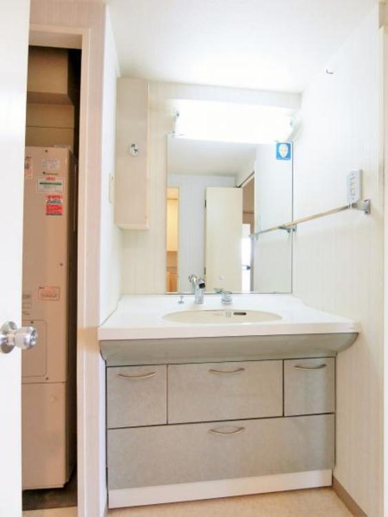洗面台が大きく、三面鏡で収納もたっぷりあります。
