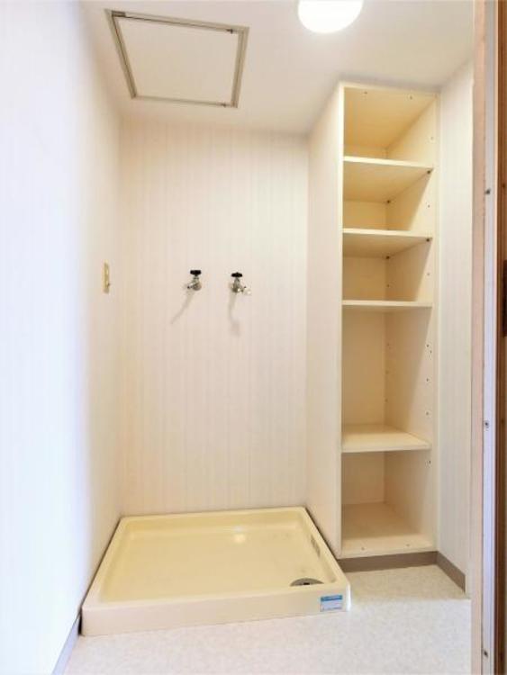 洗濯機置き場の横の棚は便利です。