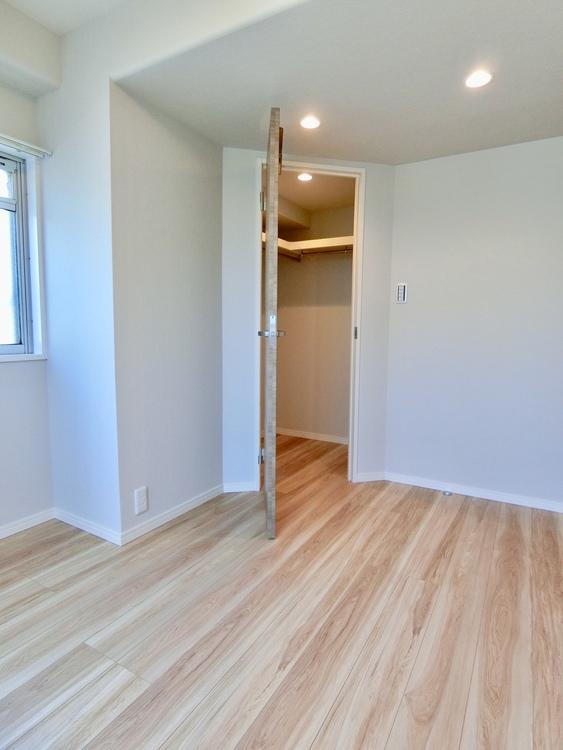 玄関側4.5畳の洋室です。