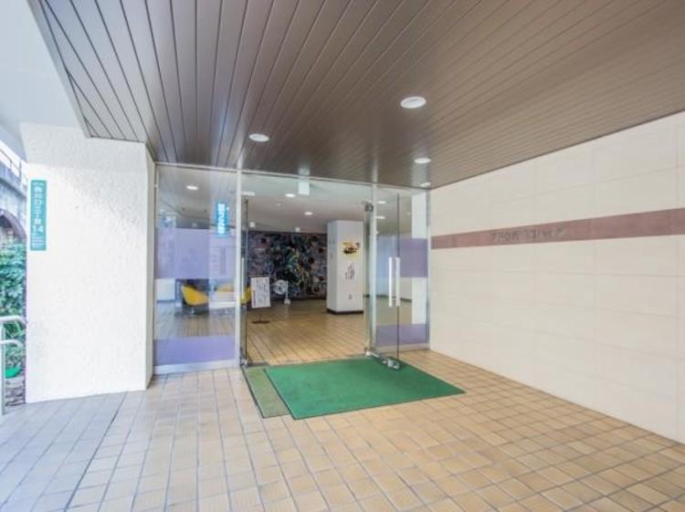 ■外観は白い外壁とブルー系の屋根が爽やかな11階建てのフォルムです。1Fに集会室が設けられ、他に店舗や事務所が入っています。
