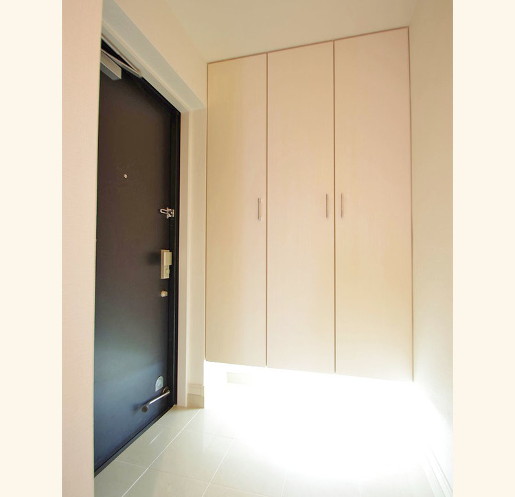 天井まである玄関収納はご家族分の履物も余裕で収納可能