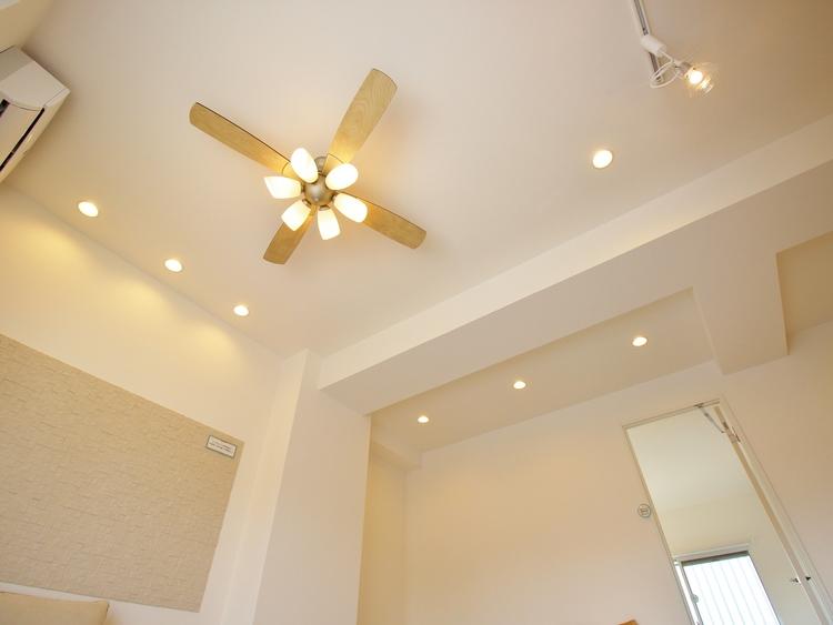 リビングは勾配天井なので、開放感、通気性ともに抜群。高い天井にはシーリングファンやペンダントライトなどのインテリアも映える空間です。