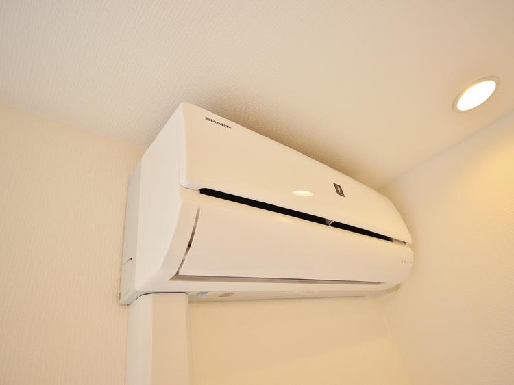 エアコンは空気を汚さず場所も取らないので、お部屋を広く使えます。設置工事などの初期費用がカットできるのは嬉しいですね。