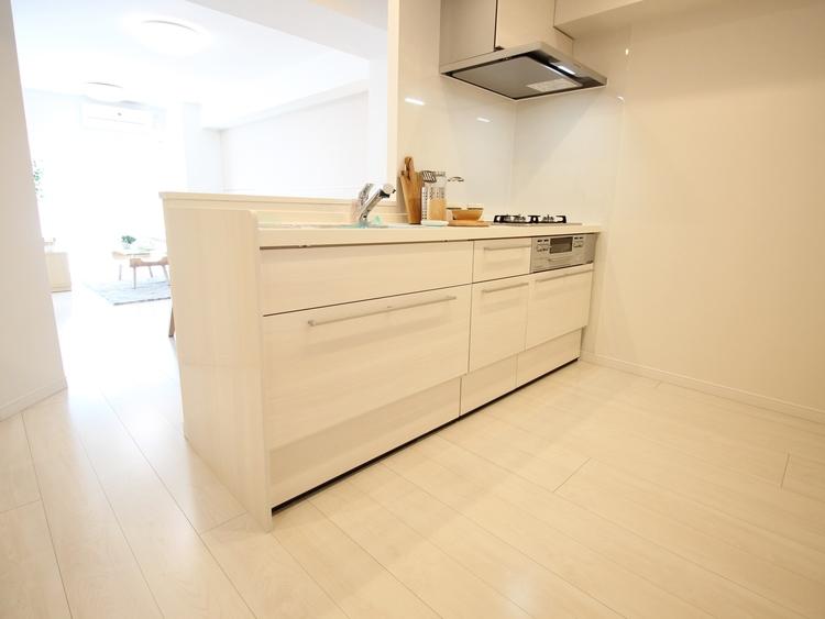 綺麗を保ち易い人造大理石トップ、静音シンクなど、使い勝手の良いキッチンを新規導入致しました。