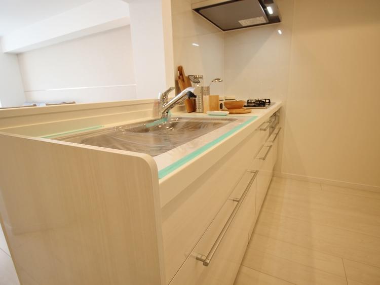 手元の収納から、足元の収納までが全てスライド式で、奥のスペースまで有効に活用できます。
