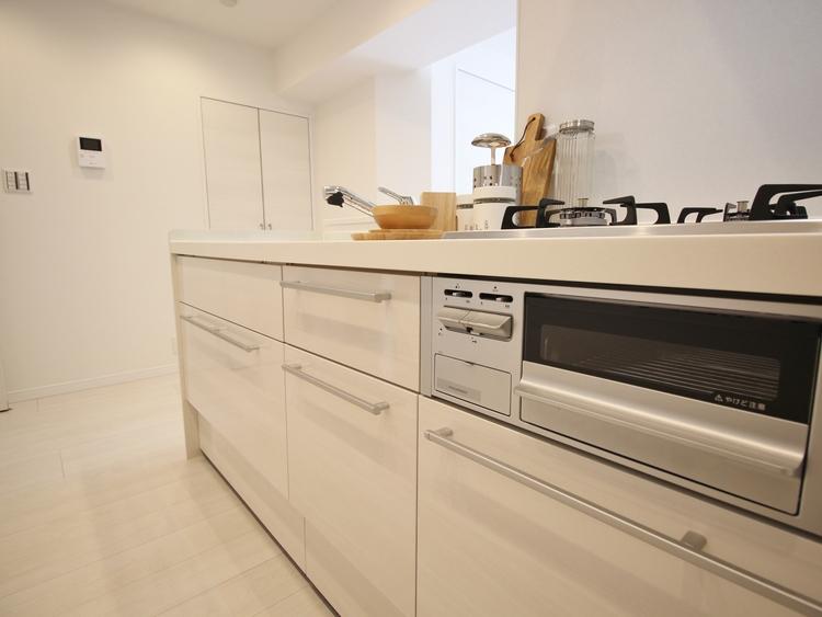 対面キッチンで家族とのコミュニケーションを考慮。また、「複層ガラス」は、快適な室温を保つので、暖冷房エネルギーを削減でき、暖冷房費の節約に。
