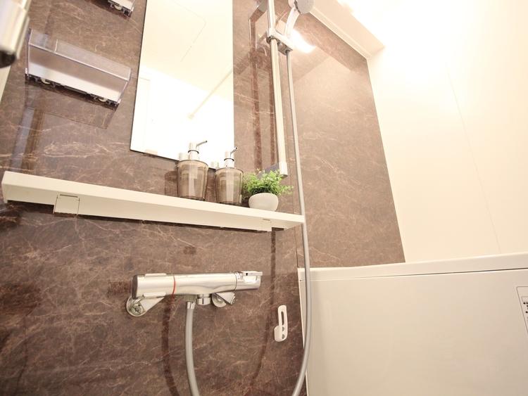 ハイグレードタイプを採用。柔らかな曲線で構成された半身浴も楽しめるバスタブが心地よさをもたらします。