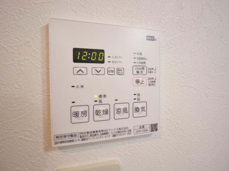 冬場には暖房機能、梅雨の時期には乾燥、機能的で清潔感溢れる浴室。