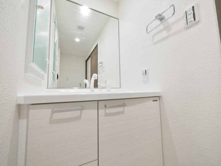 大きく見やすい三面鏡で清潔感ある洗面台。身だしなみチェックや肌のお手入れに最適。何かと物が増える場所だからこそスッキリと見映えの良い空間に。