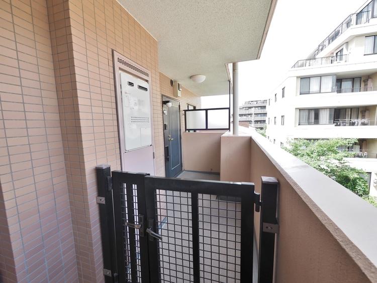 玄関前に戸建間隔で設けられた門扉付きのマンション。住戸の独立性を高てくれる嬉しい設計です。