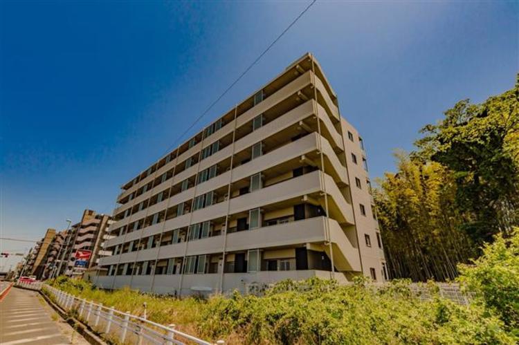 JR常磐線「天王台」駅より徒歩11分。平成22年築のマンションです。