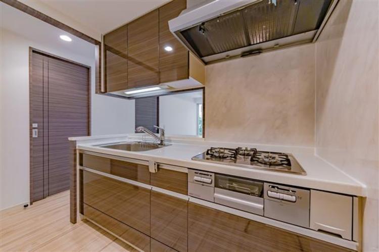 落ち着いた空間なキッチン。三口コンロでお料理の幅が広がります。
