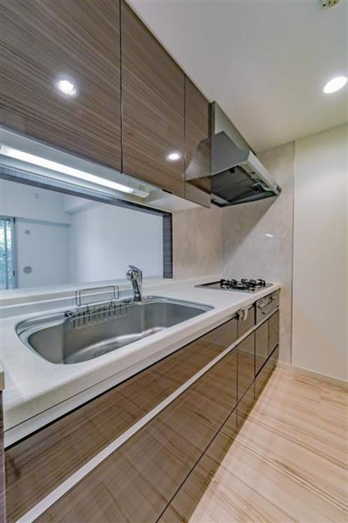 キッチンはおしゃれな木目調のデザインです。