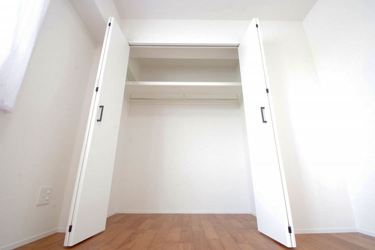 5.8帖洋室 こちらのお部屋も大容量の収納完備です