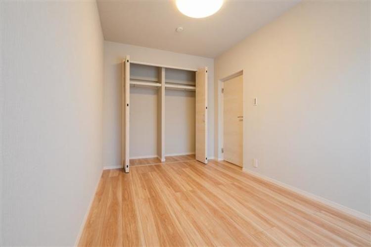 洋室2 約6.4帖 寝室等としてお使いいただくのに十分な広さです。
