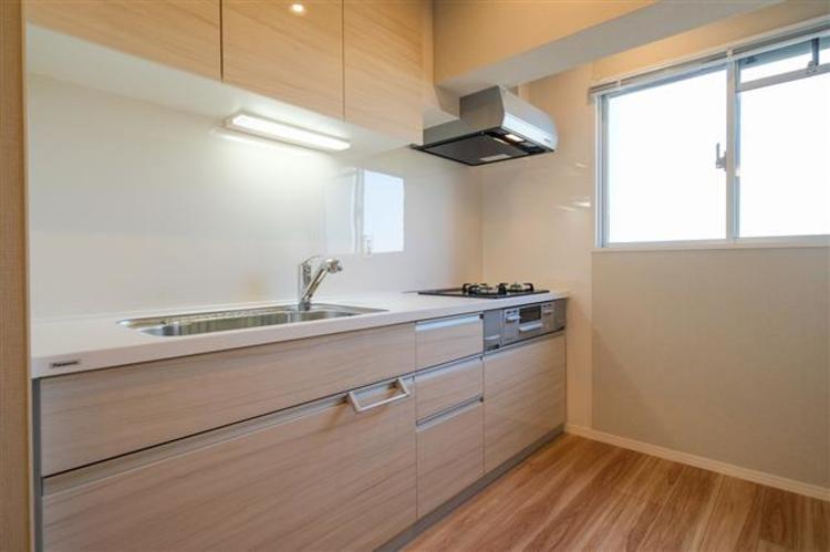 窓際のキッチンで、換気にも困りません。大きめで作業スペースがしっかり確保できます。