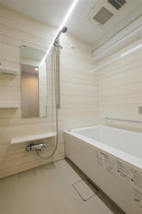 白を基調とした清潔感のあるバスルームです。