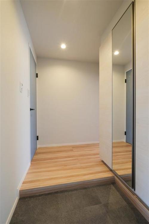 タイル張りの広々とした玄関です。全身鏡や、収納もあり、お出かけ前の身支度もばっちりです。