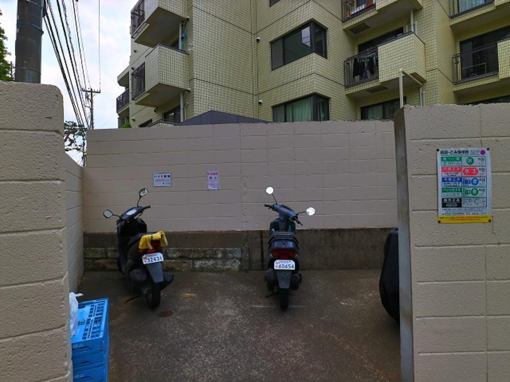 敷地内バイク置場。