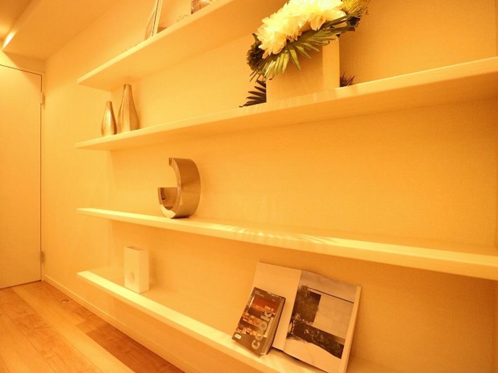 リビングの壁面には棚を設置。オシャレなインテリア空間を演出する細部にまでこだわった素敵な空間になっています。
