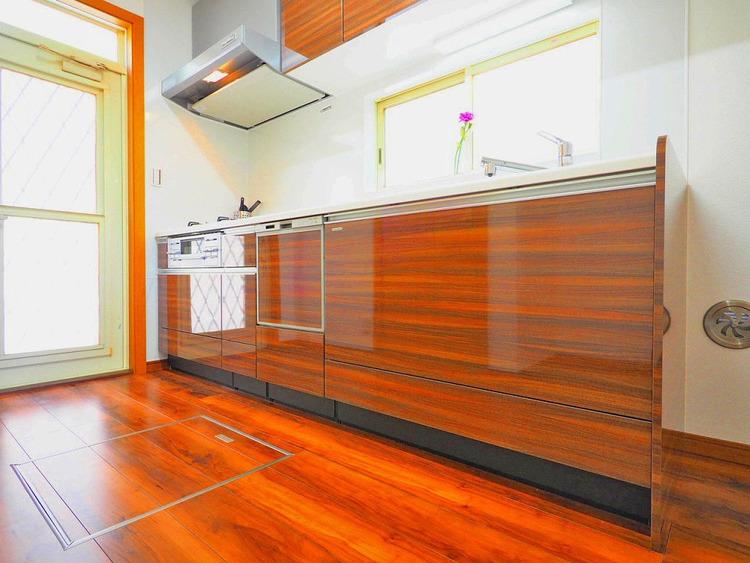 ビルトイン式食洗機を完備した、機能性に優れたシステムキッチン