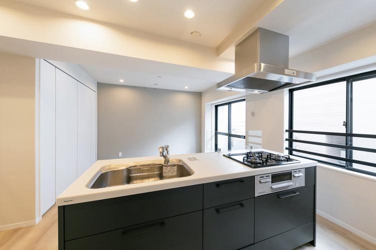 アイランドキッチンとして、Panasonic製システムキッチンを新規設置しました。