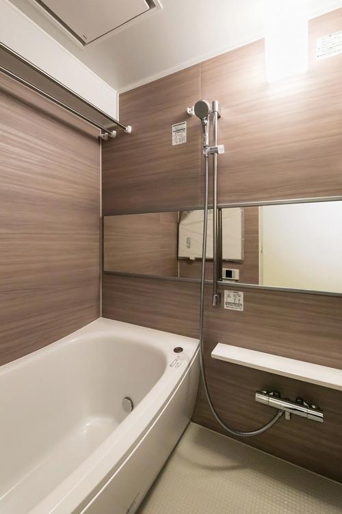 浴室換気乾燥機とTOTO製追炊き機能付きユニットバスを設置したバスルーム