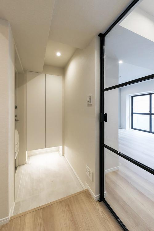 白を基調とした玄関には、シューズボックスを備え付けています。