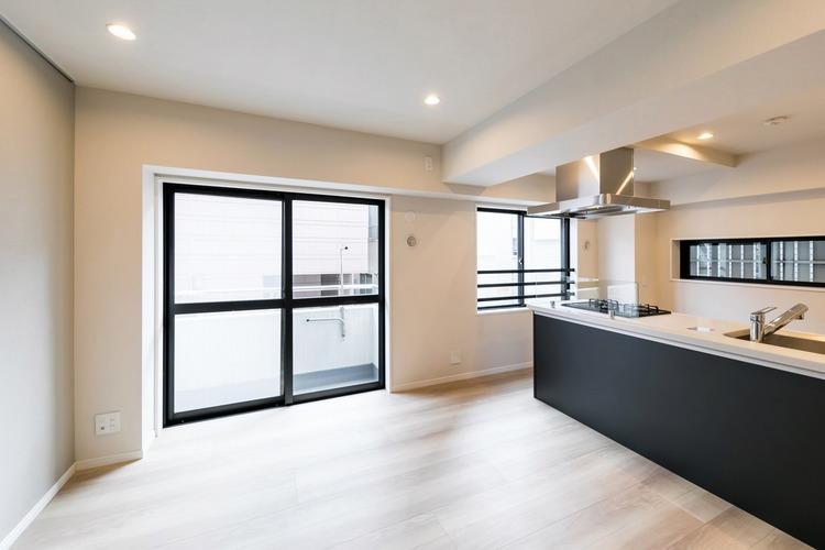 リビングダイニングキッチンは約12.4帖の、2面採光で明るく開放的な室内です。